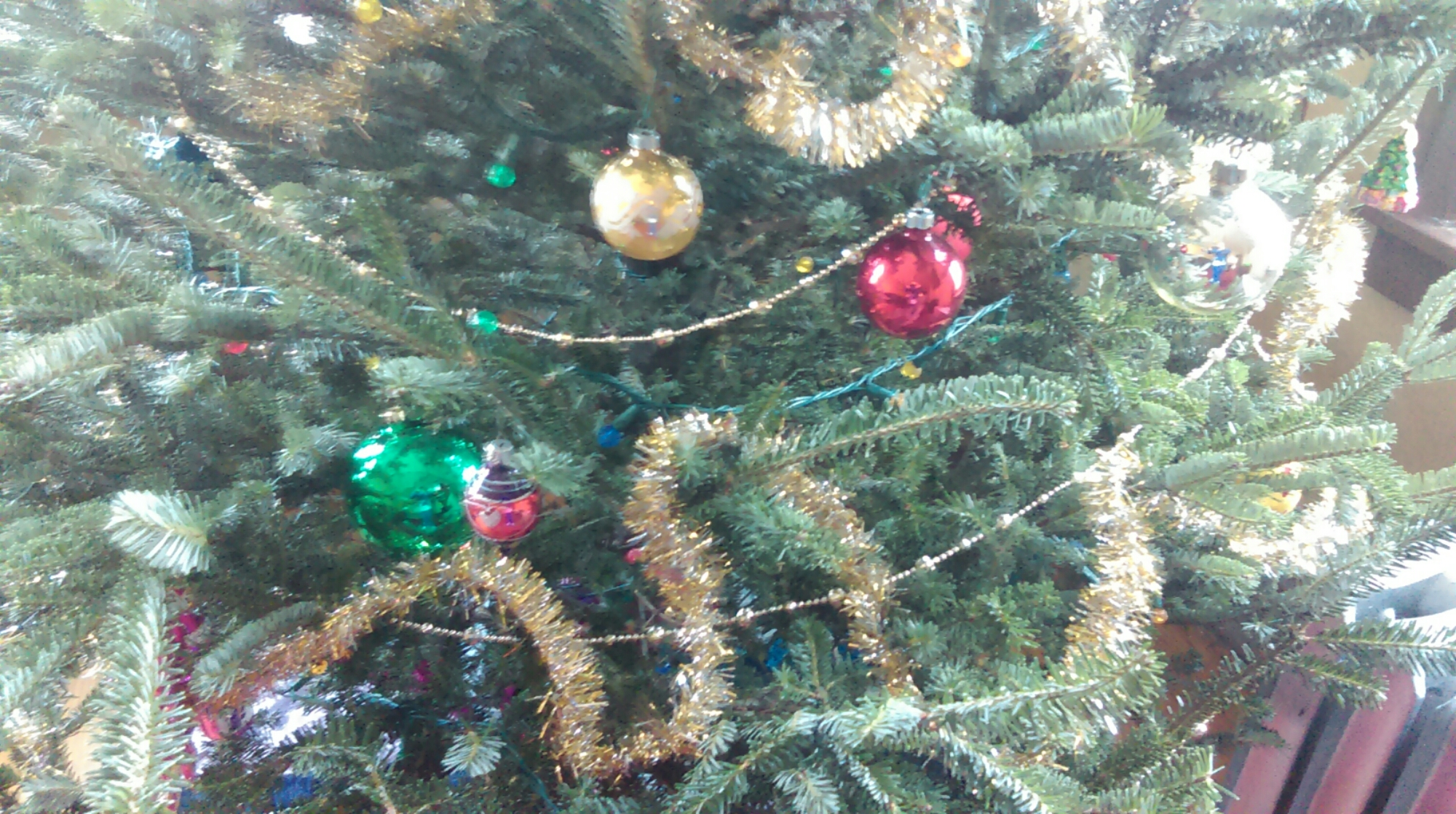 The tinsel--so meandering! And is that a red ornament behind another red one?!
